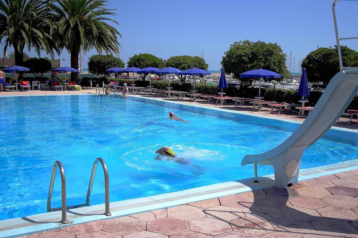 Hotel a Numana con piscina. Il soggiorno ideale per te e per i tuoi bambini.